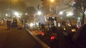 """Obok parlamentu powstał """"cmentarz pogrzebanych wartości"""""""